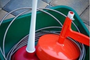 Прочистка канализации от засора в домашних условиях