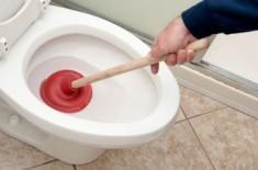 Эффективные способы прочистки засоров в унитазе