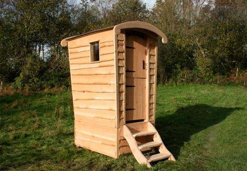 туалет посередине участка