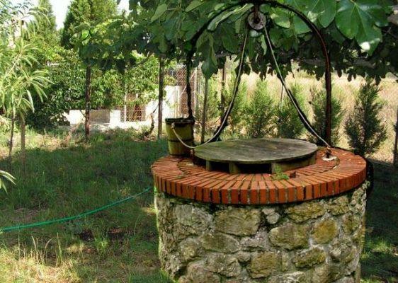 колодец у загородного дома