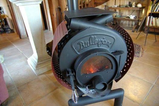 дровяная печь в загородном доме