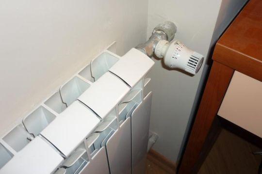 куда крепит терморегулятор на радиатор