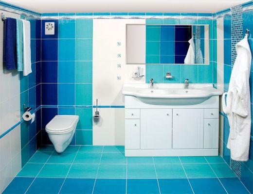 вентилятор в углу ванной комнаты