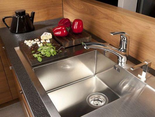 удобная кухонная модель смесителя