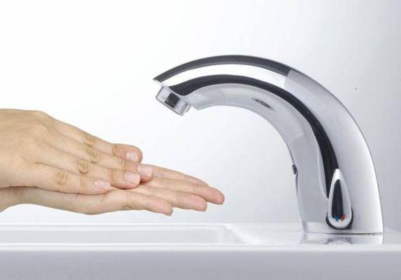 бесконтактный смеситель для ванной комнаты