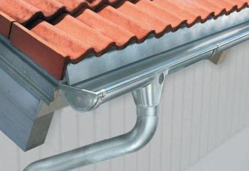 желоб на монтированной крыше