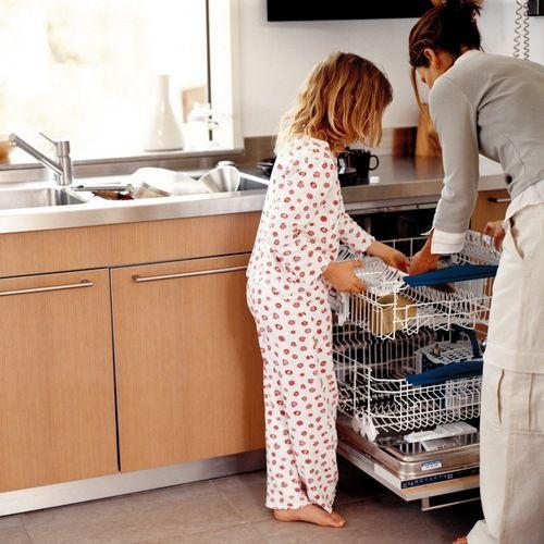 дочка помогает маме вытащить посуду из мойки