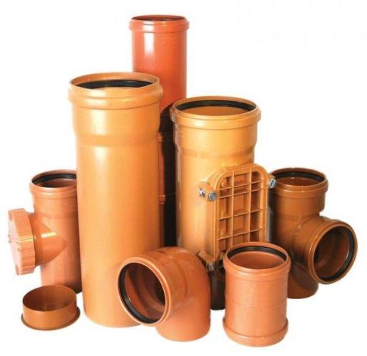 рыжие канализационные трубы и фитинги