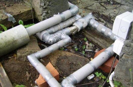 водопроводные трубы на участке